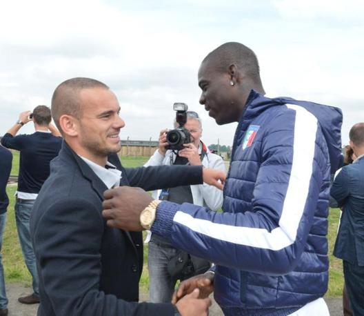 A fine visita dopo l'Italia anche la nazionale olandese è arrivata al campo di concentramento. L'abbraccio tra Wesley Sneijder e Mario Balotelli (Newpress/Ghiotto)