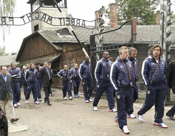La nazionale all'ingresso del campo. Arbeit Macht Frei recitava la scritta di ferro battuto: il lavoro rende liberi (Reuters/Gentile)