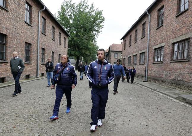 Cassano tra i blocchi di Auschwitz (Epa/Rozpedzik)