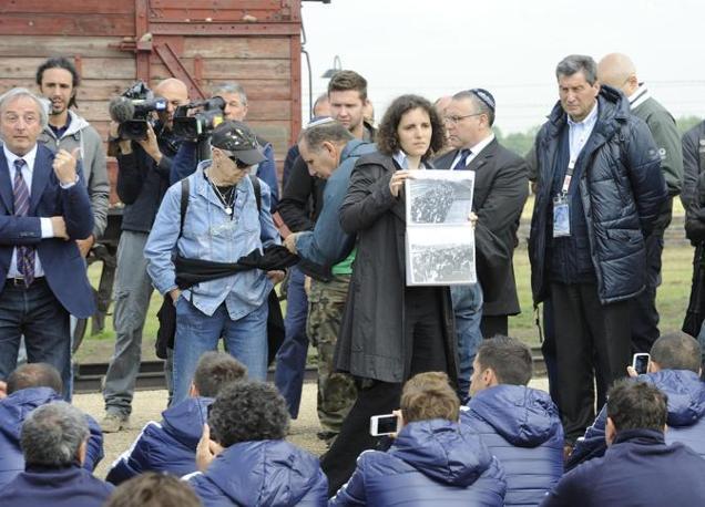 Dirigenti e giocatori della nazionale italiana di calcio si sono recati a visitare il campo di concentramento di Auschwitz, in Polonia, dove durante la II Guerra Mondiale si calcola che siano stati sterminati da 1 a 1,5 milioni di ebrei, e non solo. Seduti sulle rotaie dove arrivavano i convogli carichi di prigionieri, hanno ascoltato i racconti dei reduci. Qui le immagini di Birkenau, il campo di sterminio nazista a tre chilometri dal lager principale (Ansa/Brambatti)