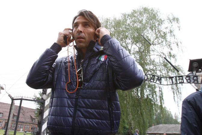 Buffon all'ingresso del campo di Auschwitz (LaPresse/Moscrop)