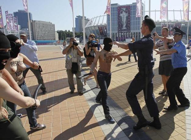 Kiev, le attiviste del gruppo Femen questa volta hanno preso i manganelli. Il gruppo di manifestanti che dall'inizio di Euro2012 sta protestando contro la prostituzione femminile in Ucraina, ha tirato fuori i manganelli contro i poliziotti ucraini (Reuters/Garanich)