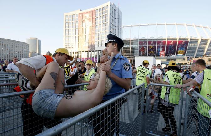 Una nuova protesta delle femministe di «Femen» in prossimità dell'incontro dell'Italia allo stadio di Kiev (Epa)