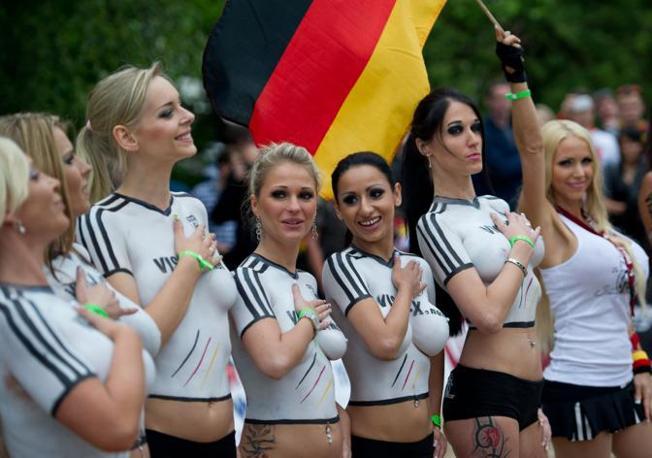 Europeo a luci rosse: le pornostar di Danimarca e Germania si sono sfidate a Berlino. Magliette rigorosamente dipinte, han vinto le scandinave per tredici a uno (Afp/Eisele)