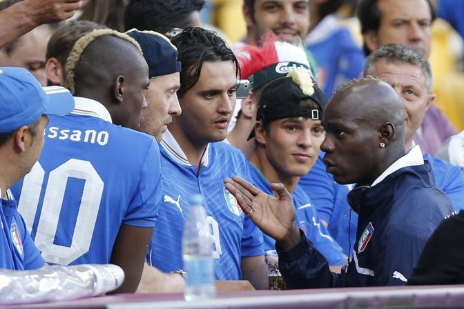 Balotelli prima della gara parla con il fratello che indossa la maglia di Cassano (LaPresse)