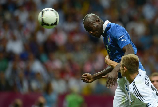 Lo stacco di testa di Balotelli che realizzare la prima marcatura per l'Italia (AFP PHOTO/ PATRIK STOLLARZ)