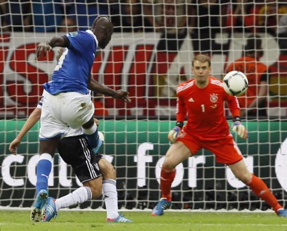 Il secondo gol di Mario Balotelli (AP Photo/Frank Augstein)