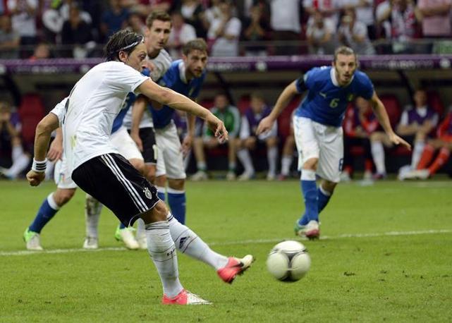 Mesut Oezil batte il rigore per la Germania (Epa)