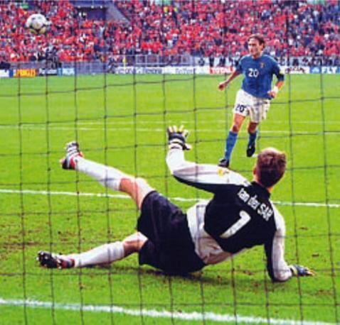 Francesco Totti beffa Van der Sar con il pallonetto beffardo dagli undici metri: era Italia-Olanda del 2000, in semifinale
