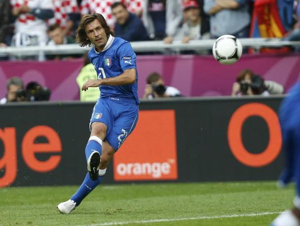 Pirlo calcia la punizione (Reuters/Ebenbichler)