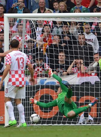 Il portiere croato Pletikosa battuto (Afp/Cacace)