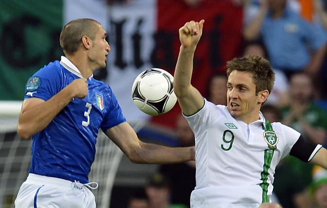 L'Irlanda, già eliminata, parte forte. Chiellini in difficoltà contro Kevin Doyle (Afp/Andersen)