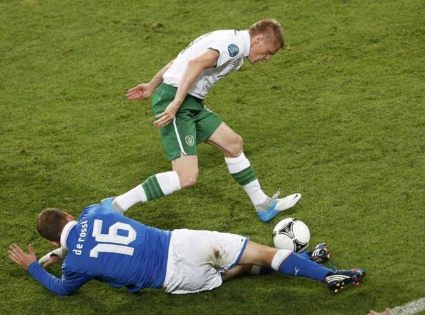 Duff prova a saltare De Rossi (Reuters/Jankowski)