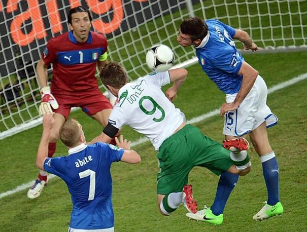 Doyle di testa ci prova contro Abate, Barzagli e Buffon (Afp/Skarzynski)