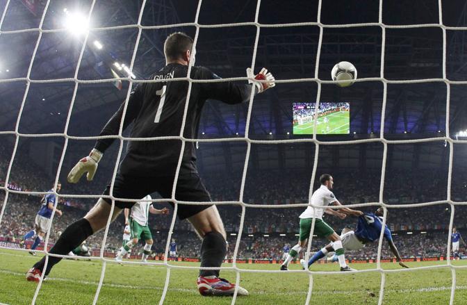 Bicicletta di Balotelli: è il gol del 2-0 per l'Italia (Reuters/Gentile)
