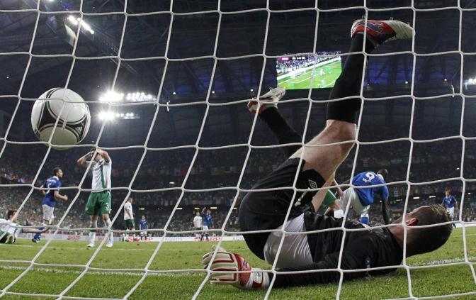 Ward affranto, e Given a terra, dopo il gol di Balotelli (Reuters/Gentile)