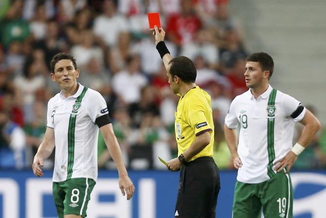 Secondo giallo in pochi minuti per Keith Andrews: l'arbitro Cakir lo espelle. Il giocatore reagirà male anche contro il ct italiano Prandelli (Reuters/Ebenbichler)