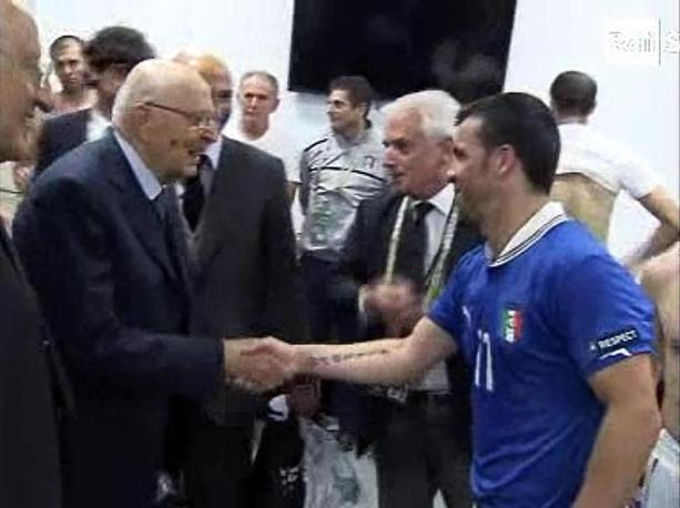 Napolitano, nel breve incontro documentato da Raisport,  si  congratulato con i calciatori e i membri dello staff. Qui  con Di Natale, autore del gol dell&#39;Italia (Ansa/Raisport)