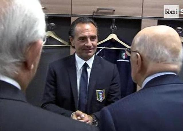 Qui   con Prandelli. Napolitano ha espresso soddisfazione per il risultato: Prima dell&#39;inizio ci avremmo fatto la firma. Ironica la replica di Buffon: Presidente non lo dica se no ci arrestano (Ansa/Raisport)