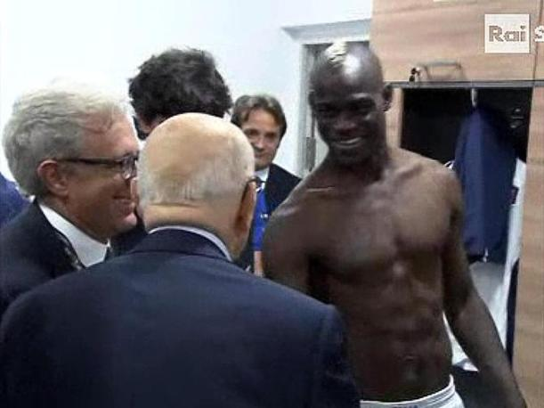 Faccia a faccia anche con Balotelli in mutande. Il presidente non  sembrato formalizzarsi (Ansa/Raisport)