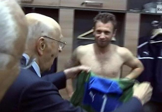 Giorgio Napolitano mentre riceve la maglia azzurra dal portiere Gianluigi Buffon (Ansa/Raisport)