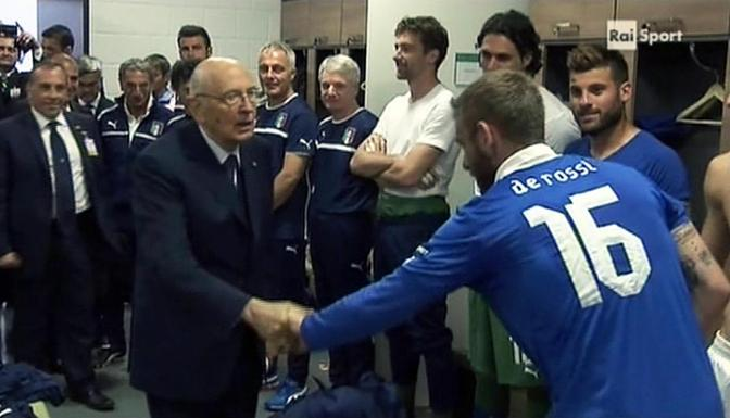 Napolitano stinge la mano al centrocampista Daniele De Rossi (Ansa/Raisport) 