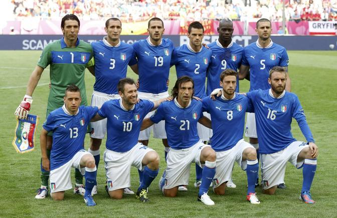 La nazionale italiana in campo posa per la foto (Reuters/Gentile)