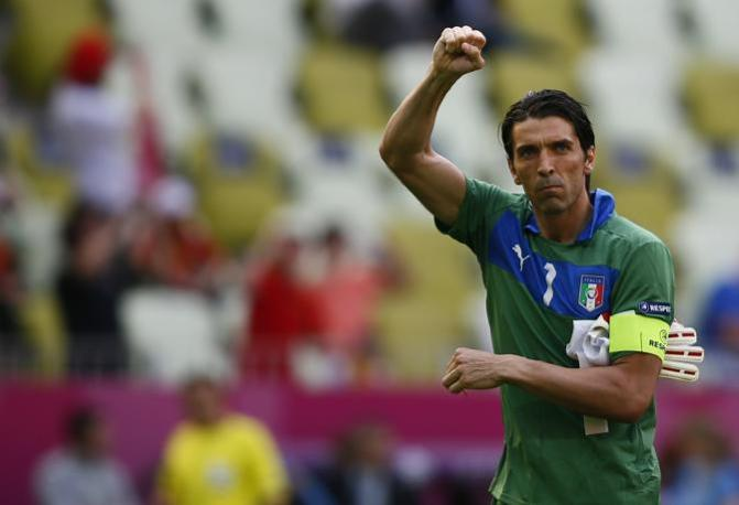Buffon saluta i tifosi italiani (Reuters/Pfaffenbach)