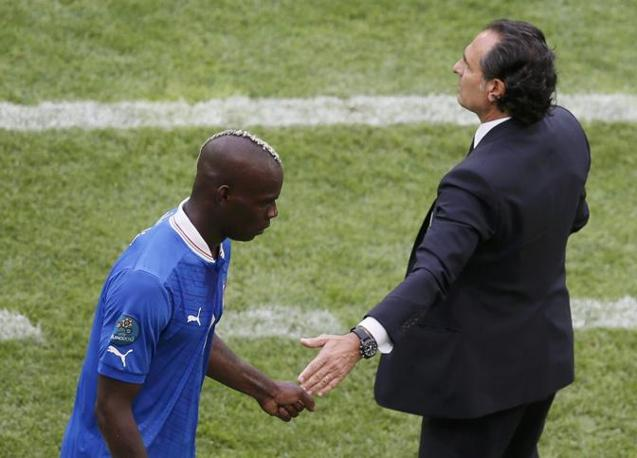 Il ct Prandelli e Mario Balotelli si scambiano una stretta di mano subito dopo il cambio (Reuters)