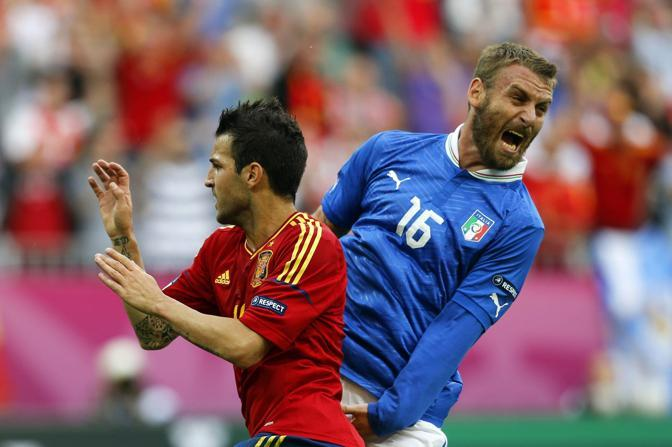 Daniele De Rossi e Cesc Fabregas (Epa)