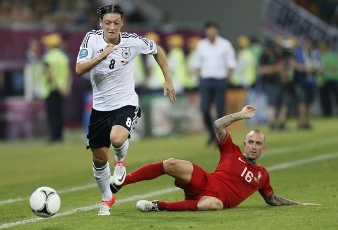 Mesut Oezil supera Raul Meireles (LaPresse)