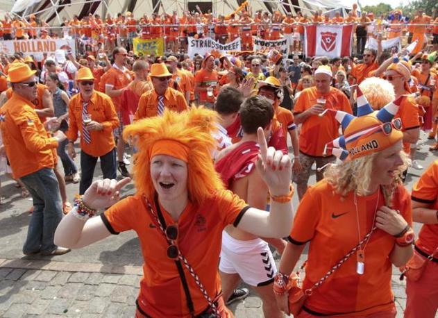 Euro 2012, i tifosi olandesi festeggiano nella piazza di Kharkiv, in Ucraina, appena prima della sfida contro la Danimarca (Reuters/Fedosenko)