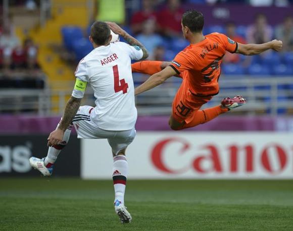 Olanda-Danimarca, inizio molto combattuto: Daniel Agger, sulla sinistra, contrasta l'attaccante olandese Ibrahim Afellay (Afp/Monteforte)