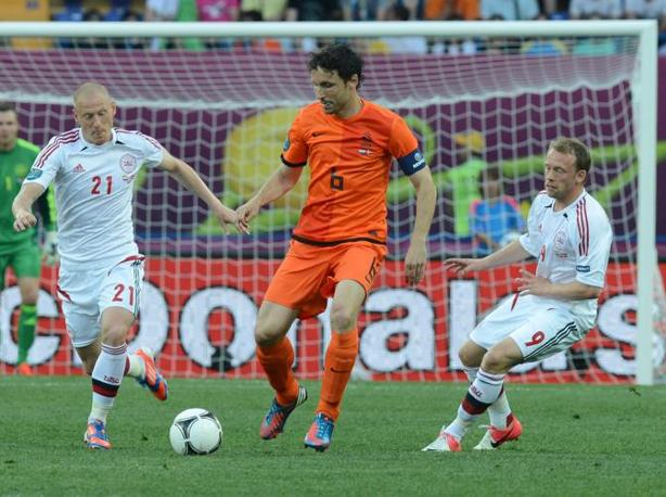 Olanda-Danimarca, van Bommel, sulla destra, e Michael Krohn-Dehli (Afp/Hertzog)