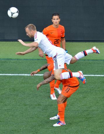 Olanda-Danimarca, un altro contrasto veemente: Lars Jacobsen tenta di saltare Nigel de Jong (Afp/Supinsky)