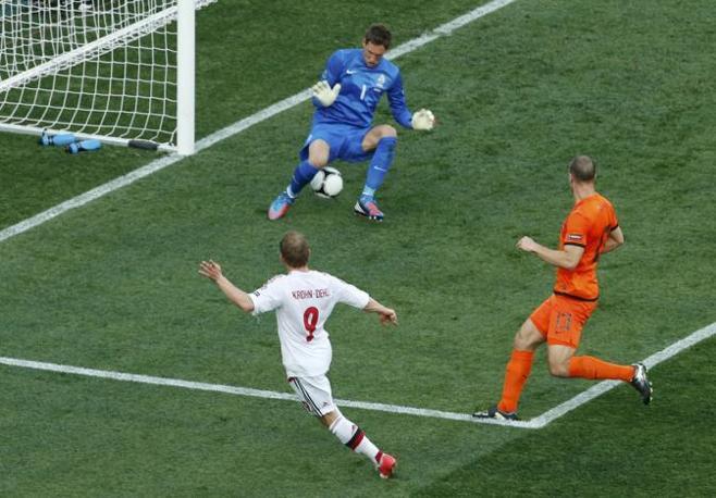 Olanda-Danimarca, al 24' a sorpresa arriva l'1-0 per i biancorossi: decide Krohn-Dehli (Reuters/Buholzer)