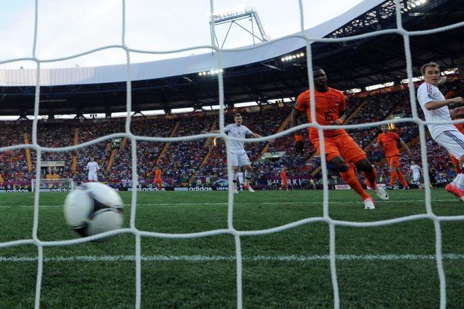 Olanda-Danimarca, i giovanissimo Jetro Willems può solo vedere il pallone battuto da Krohn-Dehli infilarsi in porta. È lo 0-1 (Reuters/Hertzog)