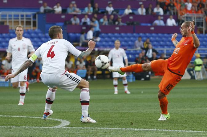 Olanda-Danimarca, la reazione orange è veemente. Wesley Sneijder al tiro (Reuters/Bianchi)