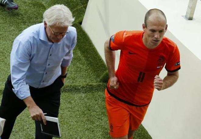 Olanda-Danimarca, all&#39;intervallo Robben appare ancora pi nervoso mentre esce dal campo con il ct  Bert van Marwijk (Reuters/Buholzer)