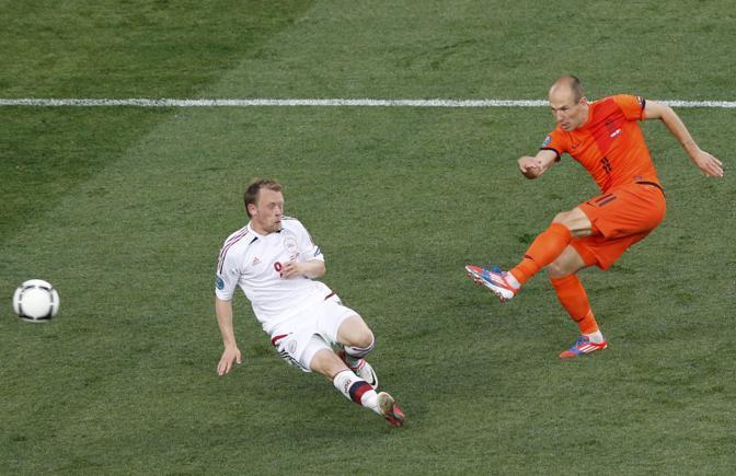Olanda-Danimarca, nuovo tentativo di conclusione per Robben, contrastato da Krohn-Dehli (Reuters/Buholzer)