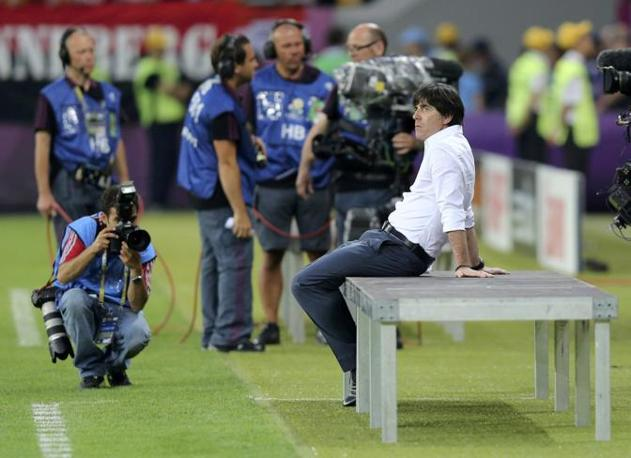 Germania-Portogallo, prima della partita il ct tedesco Joachim Loew siede in disparte (Reuters/Bohlen)