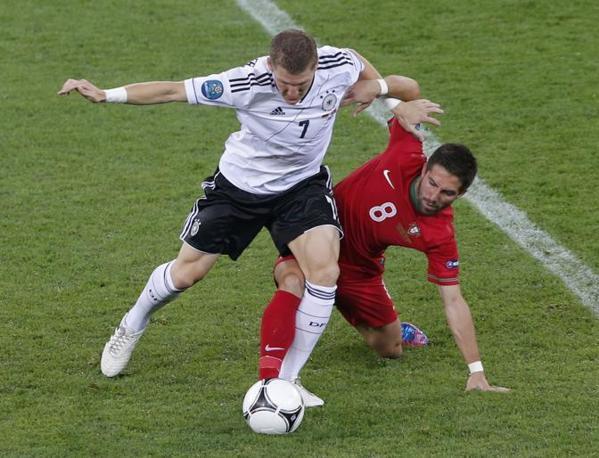 Germania-Portogallo, un contrasto tra Bastian Schweinsteiger e Joao Moutinho (Reuters/Staples)