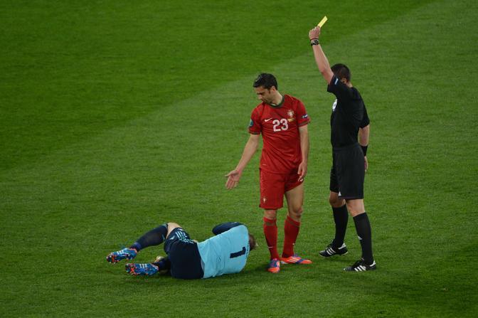Germania-Portogallo, Helder Postiga viene ammonito per un fallo sul portiere Manuel Neuer (Afp/Poujoulat)