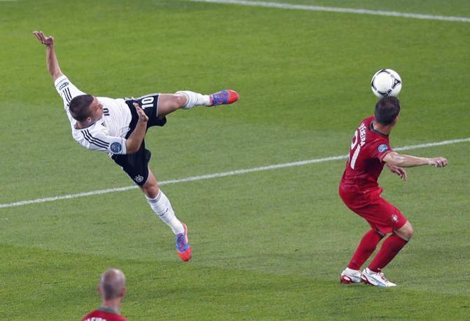 Germania-Portogallo, Lukas Podolski calcia a rete e colpisce Joao Pereira (Reuters/Staples)