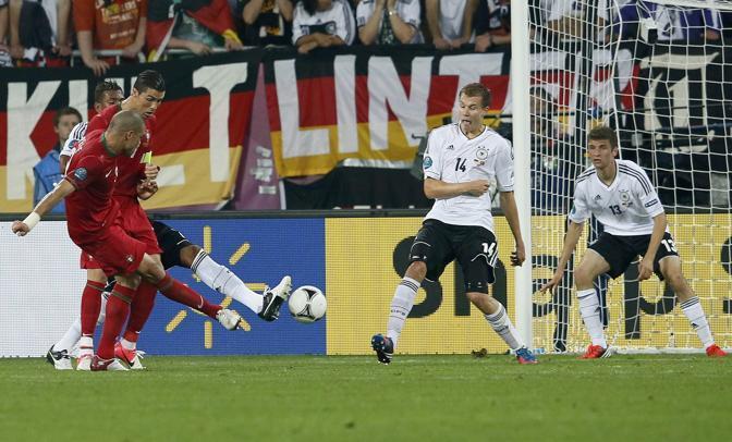 Germania-Portogallo,  proprio prima dell'intervallo Pepe ha un'occasione d'oro sul piede (Reuters/Dalder)