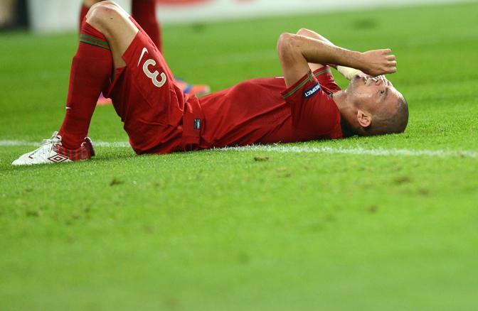 Germania-Portogallo, Pepe si dispera a terra mentre le due squadre vanno a riposo sullo 0-0 (Afp/Pachoud)