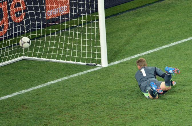 Olanda-Germania 2-1 - Il portiere tedesco Manuel Neuer osserva la palla scagliata da Van Persie mentre si insacca (Afp/Supinsky)