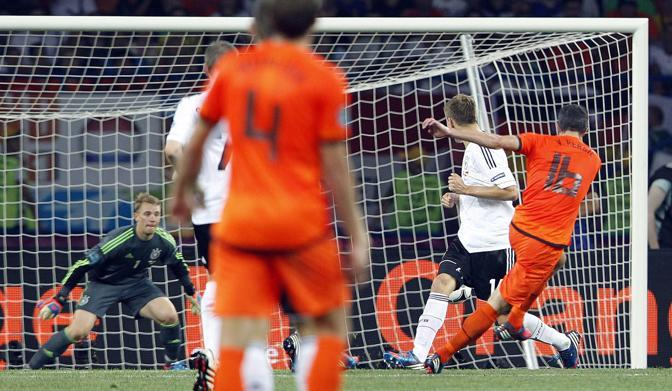 Olanda-Germania 2-1 - Il gol di Van Persie (Epa/Yongrit)