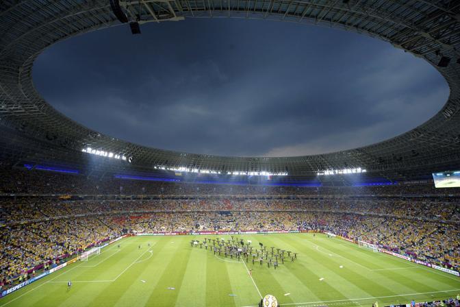 Cielo plumbeo sopra la Donbas Arena di Donetsk appena prima di Ucraina-Francia, seconda giornata del Gruppo D di Euro 2012. I padroni di casa si presentano alla sfida con i 3 punti del successo sulla Svezia, i transalpini con quello ottenuto nel pareggio contro l'Inghilterra (Reuters/Ordonez)