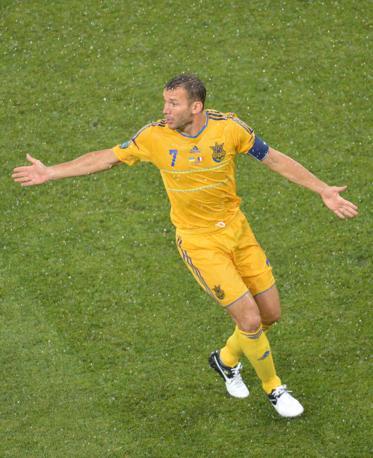 Inizia la partita, e la pioggia scende copiosa. Andriy Shevchenko si rivolge ai compagni chiedendo palla (Afp/Supinsky)